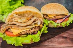 Stora hamburgare- och fransmansmåfiskar på en trätabell i lantlig stil Royaltyfri Bild