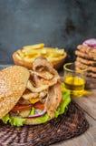 Stora hamburgare- och fransmansmåfiskar på en trätabell i lantlig stil Närbild Arkivfoto