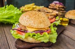 Stora hamburgare- och fransmansmåfiskar på en trätabell i lantlig stil Närbild Royaltyfri Foto