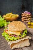 Stora hamburgare- och fransmansmåfiskar på en trätabell i lantlig stil Närbild Arkivbilder