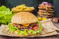 Stora hamburgare- och fransmansmåfiskar på en trätabell i lantlig stil Närbild Royaltyfri Bild