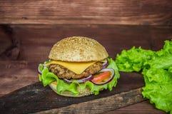 Stora hamburgare- och fransmansmåfiskar på en trätabell i lantlig stil Närbild Fotografering för Bildbyråer