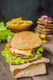 Stora hamburgare- och fransmansmåfiskar på en trätabell i lantlig stil Närbild Arkivbild