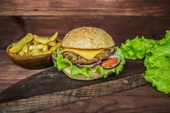 Stora hamburgare- och fransmansmåfiskar på en trätabell i lantlig stil Närbild Royaltyfria Foton