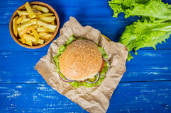 Stora hamburgare- och fransmansmåfiskar på en trätabell i lantlig stil Top beskådar Närbild Royaltyfri Bild