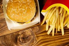 Stora hamburgare- och fransmansmåfiskar på trätabellen Royaltyfri Foto