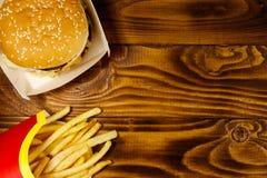 Stora hamburgare- och fransmansmåfiskar på trätabellen Royaltyfri Bild