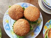 Stora hamburgare på plattan Arkivfoto