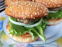 Stora hamburgare på plattan Arkivbilder