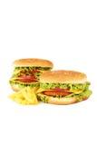 Stora hamburgare som isoleras på vit Royaltyfri Bild