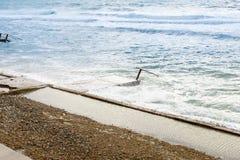 Stora havsvågor som bryter på den konkreta pir i blåsväder fotografering för bildbyråer