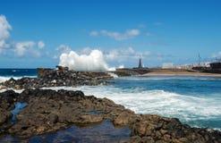 Stora havvågor som bryter på den naturliga pölen Liten semesterortstad av Bajamar, norr Tenerife, kanariefågelöar, Spanien arkivbilder