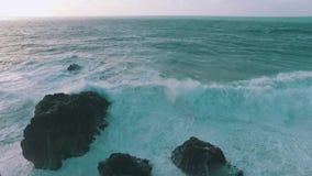 Stora havvågor som bryter på, vaggar arkivfilmer