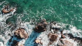stora havwaves krascha seashorewaves Den flyg- över huvudet sikten av havsvågor som plaskar mot steniga klippor, sätter på land S arkivfilmer