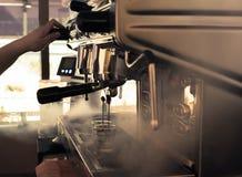 Stora head elegant för kaffebryggare två i coffee shop Arkivbilder