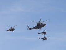 Stora helikoptrar för helikopter Mi-26 och tre Mi-8 Arkivbilder