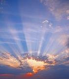 Stora himmelsunburststrålar Arkivfoto