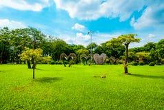 Stora hjärtor i mitt av Lumphini parkerar, Bangkok Arkivbilder