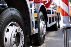 Stora hjul av den nya lastbilen Arkivfoto