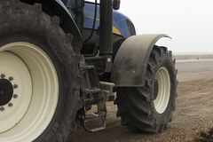 Stora hjul av traktoren Horisontalsikt i solig dag Fotografering för Bildbyråer