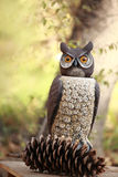 Stora Horned Owl Sculpture med en sörjakotte Royaltyfri Foto