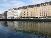 Stora hotell bildar reflexioner i den Rhone floden Royaltyfri Fotografi