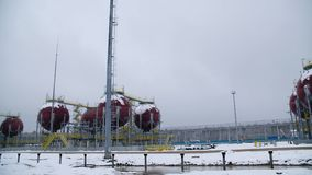 Stora industriella behållare för bensin och olja Stora behållare i den kemiska fabriken Stora behållare för att lagra bränsle är  arkivfilmer