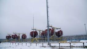 Stora industriella behållare för bensin och olja Stora behållare i den kemiska fabriken Stora behållare för att lagra bränsle är  Royaltyfri Foto