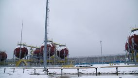Stora industriella behållare för bensin och olja Stora behållare i den kemiska fabriken Stora behållare för att lagra bränsle är  Fotografering för Bildbyråer