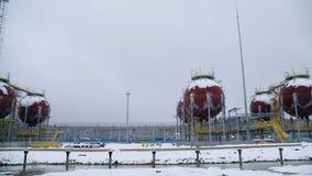 Stora industriella behållare för bensin och olja Stora behållare i den kemiska fabriken Stora behållare för att lagra bränsle är  Royaltyfria Bilder