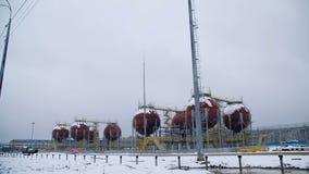 Stora industriella behållare för bensin och olja Stora behållare i den kemiska fabriken Stora behållare för att lagra bränsle är  Arkivbild