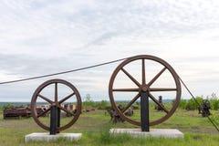 Stora industriella hjul som rymmer en kabel Royaltyfri Fotografi