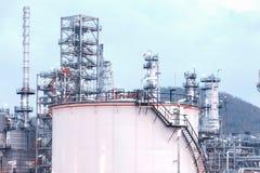 Stora industriella olje- behållare arkivbilder