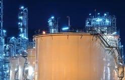Stora industriella olje- behållare i en raffinaderi Arkivfoton