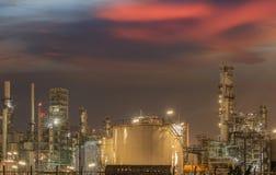 Stora industriella olje- behållare i en raffinaderi arkivbild