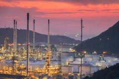 Stora industriella olje- behållare i en raffinaderi Arkivfoto