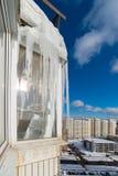 Stora istappar hänger på balkong av ett hus i stad Fotografering för Bildbyråer