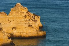 Stora jätte- stenar, vaggar, stenblock, på Praia D Ana Lagos, port fotografering för bildbyråer