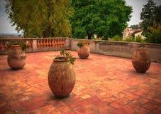 Stora keramiska blomkrukor på det keramiska golvet, terrass Royaltyfri Fotografi