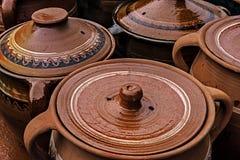 Stora keramiska krukar, traditionellt rumänskt Fotografering för Bildbyråer