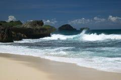 Stora klippor på en övergiven strand Royaltyfria Foton
