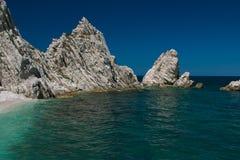Stora klippor på havet Royaltyfria Bilder