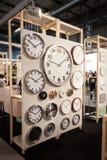 Stora klockor på skärm på HOMI, internationell show för hem i Milan, Italien Royaltyfri Bild