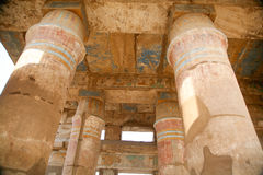 Stora kolonner i den Karnak templet Arkivfoto