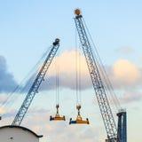 Stora konstruktionsmaskiner i skeppsvarv Royaltyfri Fotografi