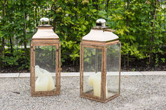Stora kopparlyktor med stearinljus i trädgården Royaltyfria Foton