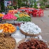 Stora korgar med frukter, tropiska frukter i den orientaliska basaren arkivbilder