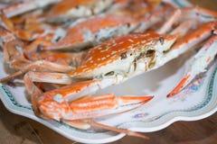 stora krabbor som är förberedda på trätabellen Arkivfoto