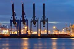 Stora kranar i port på natten Fotografering för Bildbyråer