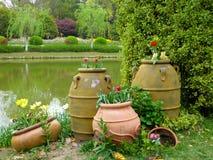 Stora krukor som innehåller blommor Royaltyfri Fotografi